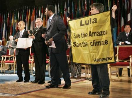 Em Paris, manifestante do Greenpeace protesta em defesa da Amazônia no instante em que Lula recebia prêmio Félix Houphouët-Boigny pela busca da paz na sede da Unesco